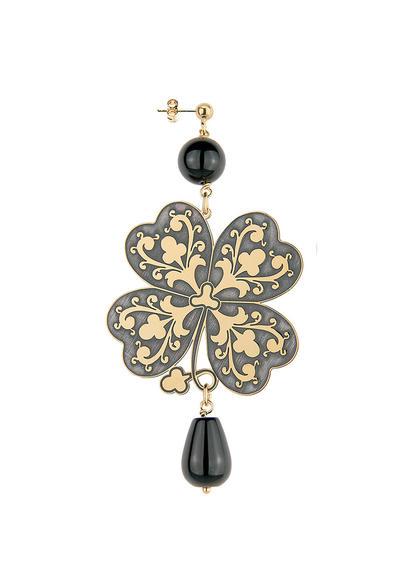 single-small-cloverleaf-gothic-earring